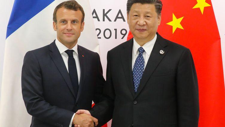 Emmanuel Macron et Xi Jinping, lors du sommet du G20, à Osaka (Japon), le 29 juin 2019. (LUDOVIC MARIN / AFP)