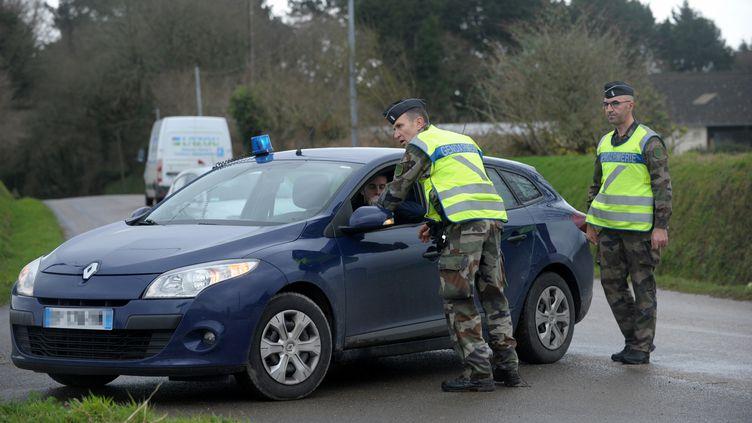 Les gendarmes sont toujours à la recherche de la famille Troadec, à Dirinon (Finistère), le 3 mars 2017. (FRED TANNEAU / AFP)