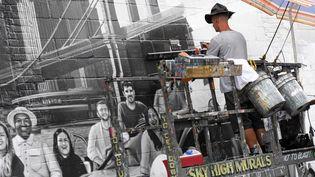 Le peintre Liam Williams, réalise pour Colossal Media une publicité peinte  (Don Emmert / AFP)