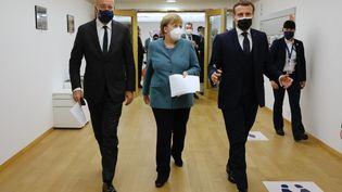 La chancelière allemande Angela Merkel (au centre), le président du Conseil européen Charles Michel (à gauche) et le président français Emmanuel Macron, au sommet de l'Union européenne à Bruxelles, le 11 décembre 2020. (EUROPEAN COUNCIL / ANADOLU AGENCY / AFP)