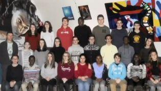 Cette semaine, le Feuilleton du 13 Heures raconte l'histoire des Copains d'avant, ces élèves qui ne se sont pas vus depuis parfois des dizaines d'années et qui se retrouvent dans les couloirs du lycée. (FRANCE 2)