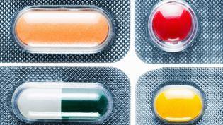Une vingtaine de médicaments fabriqués à base d'éléments transgéniques existent sur le marché. La communauté scientifique assure qu'il n'y a pas de risque, contrairement aux OGM alimentaires. (JORG GREUEL / DIGITAL VISION / GETTY IMAGES)