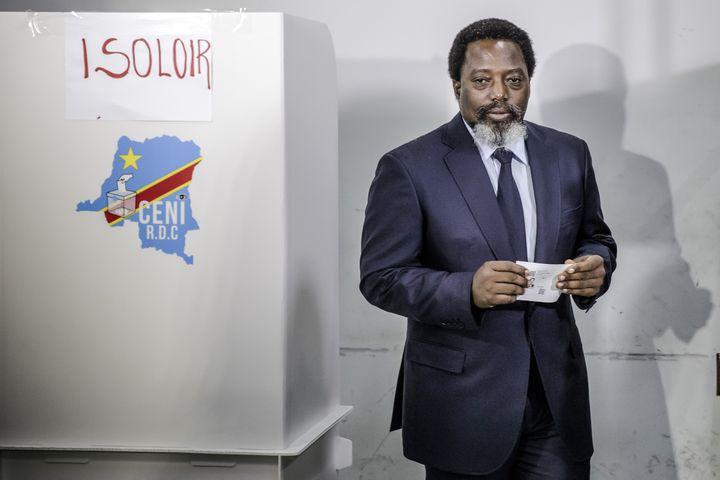 Le président de la RDC Joseph Kabila vote à l'élection présidentielle qui désigne son successeur, le 30 décembre 2018 à Kinshasa. (LUIS TATO / AFP)