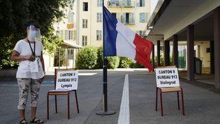 Un bureau de vote à Nice, lors du second tour des élections municipales, le 28 juin 2020. (VALERY HACHE / AFP)
