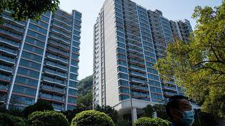 Un penthouse de cinq chambres de cet immeuble de Hong Kong s'est vendu pour 49millionsd'euros mercredi 17 février 2021. (ANTHONY WALLACE / AFP)