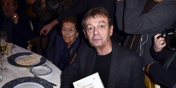 """Pierre Lemaitre et son roman """"Au revoir là-haut"""", lors de la remise du Prix Goncourt le 4 novembre 2013 à Paris.  (ERIC FEFERBERG/AFP)"""