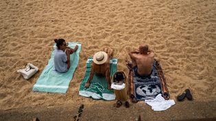 Des vacanciers sur la plage de Capbreton (Landes), le 17 août 2020. (XOSE BOUZAS / HANS LUCAS)