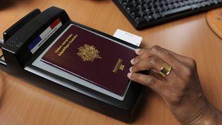 Une employée de mairie procède à la validation d'un passeport, à Rennes, le 10 juin 2009 (illustration). (DAVID ADEMAS / MAXPPP)