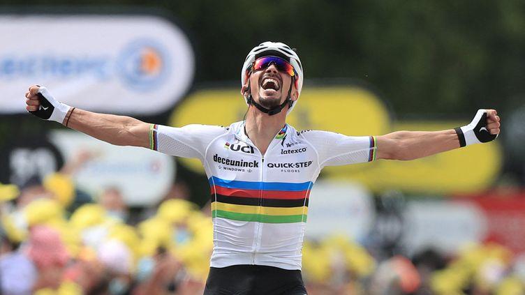 Julian Alaphilippe (Deceuninck-Quick Step) remporte la première étape du Tour de France, maillot arc-en-ciel sur le dos. Sur un tracé de puncheur, le Français a parfaitement joué le coup et n'a laissé aucune chance à ses adversaires. Grâce à ce succès, le coureur de la Deceuninck-Quick Step troquera son maillot de champion du monde pour la tunique jaune le temps d'une journée. (CHRISTOPHE PETIT TESSON / AFP)