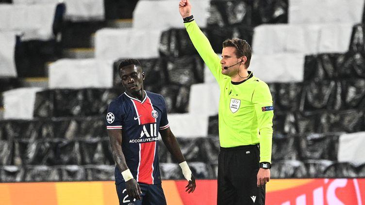 Le milieu de terrain parisienIdrissa Gueye écope d'un carton rouge lors de lademi-finale aller de la Ligue des champions face à Manchester City mercredi28 avril 2021 au Parc des Princes. (ANNE-CHRISTINE POUJOULAT / AFP)