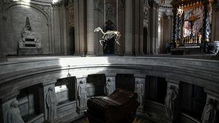 """""""Marengo"""", installation de l'artiste Pascal Convert, une reproduction du squellette du cheval favori de Napoléon, susendu au dessus de son tombeau aux Invalides (STEPHANE DE SAKUTIN / AFP)"""