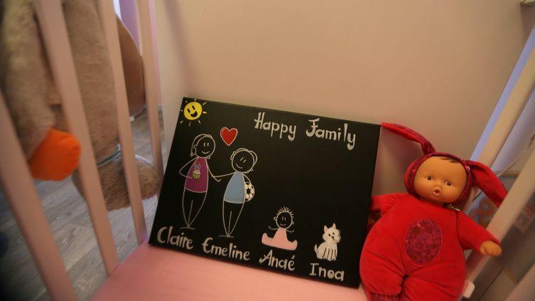 Un tableau noir représentant une famille homoparentale. (FRED DOUCHET / MAXPPP)