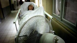 Une patiente hospitalisée à l'hôpital Edouard Herriot, à Lyon (Rhône), le 16 juillet 2006. (Photo d'illustration) (JEFF PACHOUD / AFP)