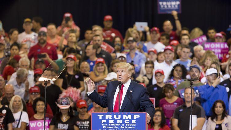 Le candidat républicain Donald Trump participe à une réunion publique de ses militants à Phoenix (Arizona), le 29 octobre 2016. (CAITLIN O'HARA / AFP)