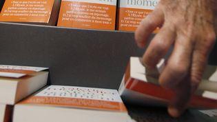 Certains libraires refusent de vendre le livre de Valérie Trierweiler qui s'arrache partout en France.  (Patrick Kovarik / AFP)