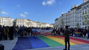 Plus de 200 personnes devant la mairie de Bayonne (Pyrénées-Atlantique) à l'occasion de la Journée mondiale contre l'homophobie, la transphobie et la biphobie, le 17 mai 2021. (ANTHONY MICHEL / FRANCE-BLEU PAYS BASQUE / RADIO FRANCE)