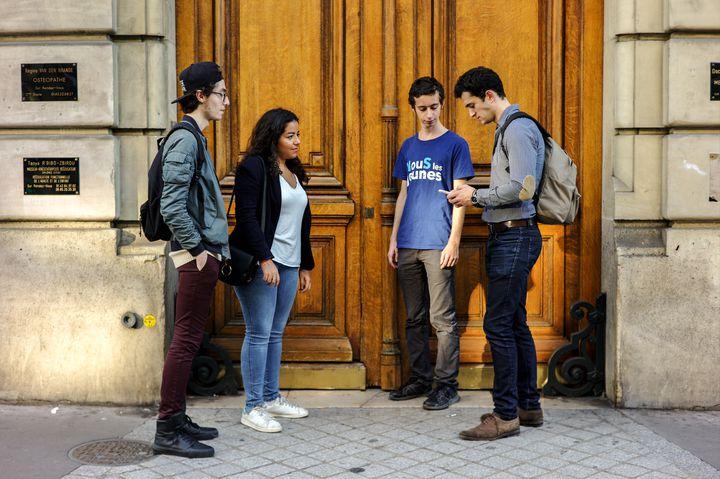 Des militants en campagne pour Nicolas Sarkozy. À droite, Paul Hatte, le créateur de l'application Knockin. (RADIO FRANCE / MATTHIEU MONDOLONI)