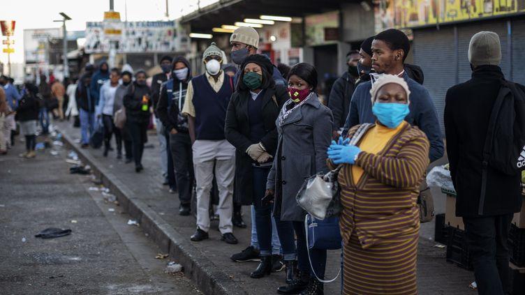Des habitants de Soweto, près de Johannesbourg (Afrique du Sud), le 1er juin 2020. Illustration. (MICHELE SPATARI / AFP)