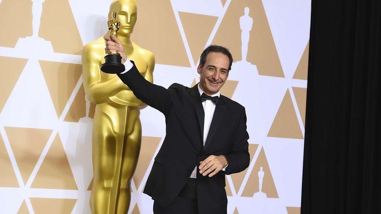 Alexandre Desplat pose avec son Oscar, le dimanche 4 mars 2018 à Los Angeles (Etats-Unis). (JORDAN STRAUSS / AP / SIPA)