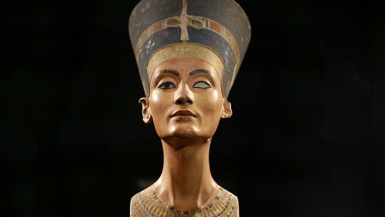Le buste de Néfertiti, ici photographié le 5 décembre 2012, est exposé au Neues Museum de Berlin (Allemagne). (MICHAEL SOHN / REUTERS)