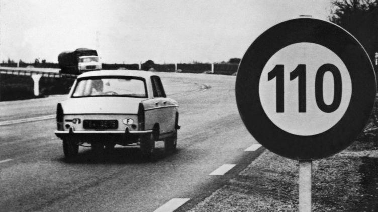 Un panneau de limitation de vitesse nouvellement installé sur la nationale 13 bis, à la sortie du Havre, le 24 avril 1970. (JEAN-PIERRE PREVEL / AFP)
