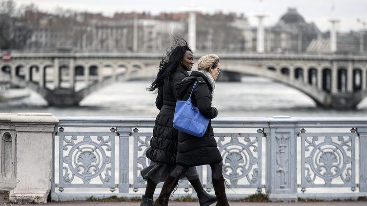 Des passantes sur un pont à Lyon, le 6 mars 2019. (MAXPPP)