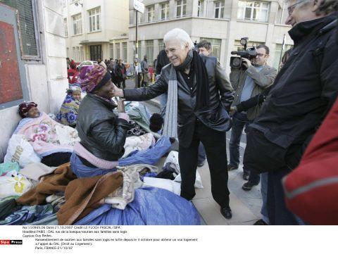 Guy Bedos soutient les familles sans logis qui manifestent avec Droit au Logement le 21/10/2007 (LE FLOCH PASCAL/SIPA)