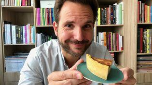 Le chef Christophe Michalak et son flan pâtissier. (Laurent Mariotte / Radio France)