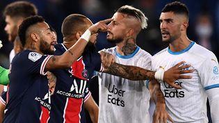 Neymar s'adresse à Alvaro Gonzalez, le 13 septembre 2020, au Parc des Princes, à Paris. (FRANCK FIFE / AFP)