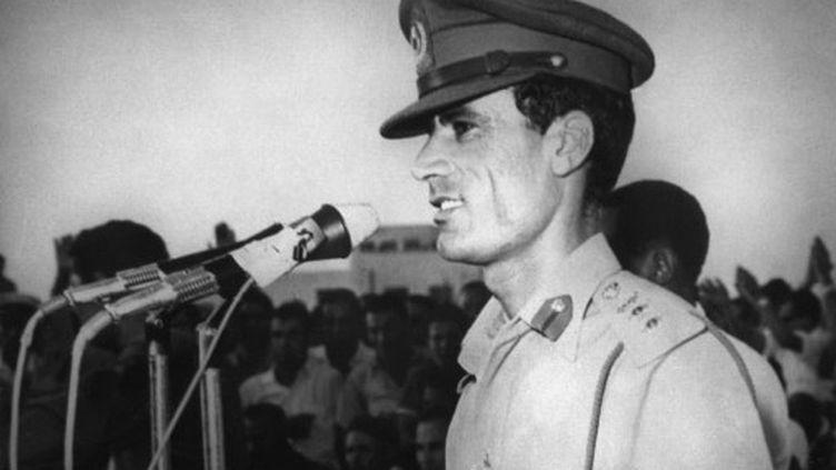 Le colonel Mouammar Kadhafi prononce un discours le 27 septembre 1969 à Tripoli, après le coup d'Etat militaire. (AFP)