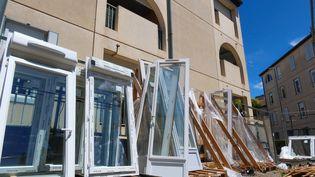 Une réhabilitation de logements sociaux en cours, le 18 juin 2020, à Valence (Drôme). (NICOLAS GUYONNET / HANS LUCAS)