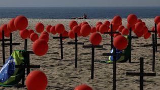 Des croix ont été installées sur une plage de Rio de Janeiro au Brésil pour symboliser les morts du Covid-19. (RICARDO MORAES / X02675)