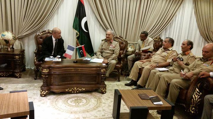 Jean-Yves Le Drian, le ministre des Affaires étrangères, avec le maréchal Haftar, l'homme fort de l'est de la Libye, à Benghazi, le 4 septembre 2017. (ISABELLE LABEYRIE / RADIO FRANCE)