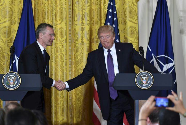 Le secrétaire général de l'Otan, Jens Stoltenberg, et le président américain, Donald Trump, mercredi 12 avril 2017 à la Maison Blanche. (NICHOLAS KAMM / AFP)