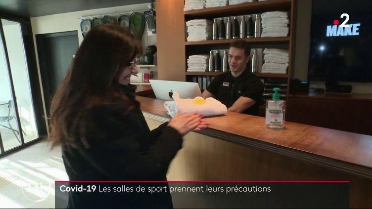 Avec l'épidémie de Covid-19, des mesures sanitaires ont été prises en France, et en particulier dans les salles de sport. Cela afin d'éviter la propagation du virus et également de rassurer les clients. (France 2)
