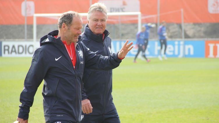 Guus Hiddink (à droite) aux côtés de Danny Blind, son adjoint à la tête de la sélection des Pays-Bas. (YASIN YAGCI / ANADOLU AGENCY)