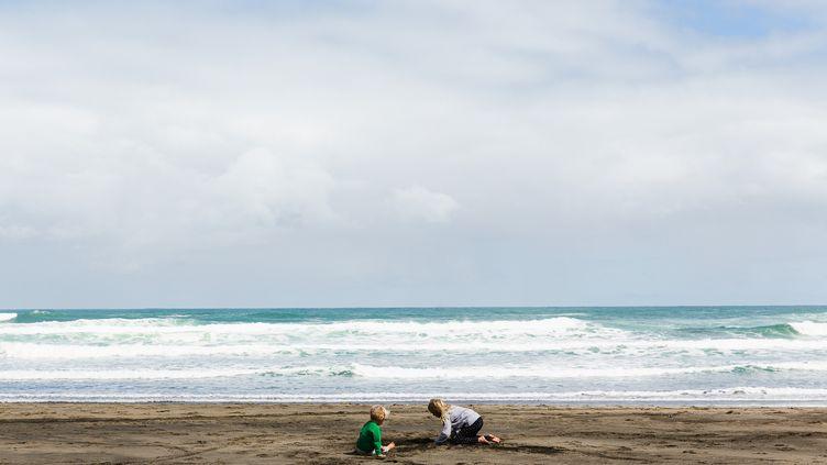 Des enfants sur la plage en Nouvelle-Zélande à Auckland, le 1er janvier 2020. (DAVID MARANO PHOTOGRAPHY / MOMENT RF / GETTY IMAGES)
