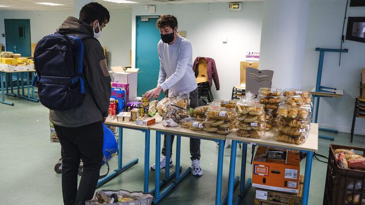 Une distribution alimentaire du Secours populaire à Angers (Maine-et-Loire), le 20 janvier 2021. (JEAN-MICHEL DELAGE / HANS LUCAS / AFP)