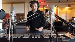 Paul McCartney en studio au travail sur les sons des émoticônes de Skype  (Paul McCartney)