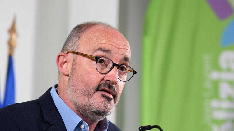"""L'écologiste Jean-Laurent Felizia, tête de la liste """"Rassemblement écologique et social"""" lors d'une conférence de presse à Marseille (Bouches-du-Rhône), le 22 mai 2021. (NICOLAS TUCAT / AFP)"""