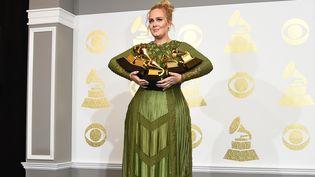 Adele avec ses cinq récompenses obtenues à la 59e cérémonie des Grammy Awards, le 12 février 2017 à Los Angeles (Etats-Unis). (ROBYN BECK / AFP)