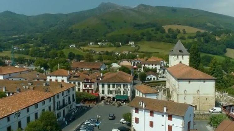 Ce n'est pas seulement l'un des plus beaux villages de France, c'est aussi un voyage dans le temps. Sare, au pays Basque, compte 2 500 habitants et des façades vieilles de six siècles. (France 2)