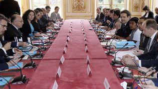 Le Premier ministre Bernard Cazeneuve préside une réunion ministérielle sur la Guyane, lundi 3 avril 2017. (JACQUES DEMARTHON / AFP)