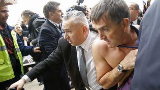 Le directeur des ressources humaines d'Air France, Xavier Broseta (à droite), est évacué après avoir été agressé par des salariés à Roissy (Val-d'Oise), le 5 octobre 2015. (JACKY NAEGELEN / REUTERS)