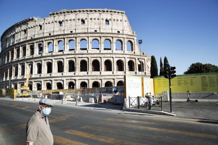 Le port du masque est désormais obligatoire entre 18heures et 06heures dans tous les lieux publics italiens. (MATTEO TREVISAN / NURPHOTO)