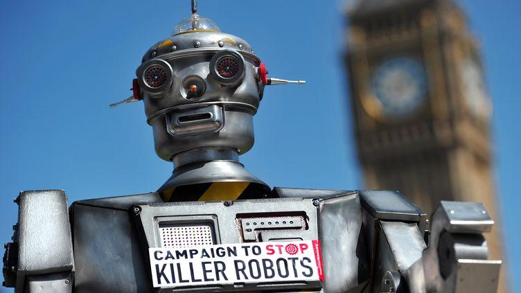 """Un faux robot tueur de la campagne """"Stop Killer Robots"""", le 23 avril 2013 à Londres. (CARL COURT / AFP)"""