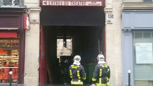 Deux pompiers devant une sortie duThéâtre Mogador incendié le 25 septembre 2016  (Christine Henry/PHOTOPQR/LE PARISIEN/MAXPPP)
