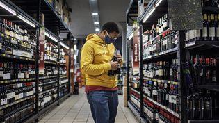 Le rayon alcool dans un supermarché de Johannesburg, en Afrique du Sud, en août 2020 (illustration). (MICHELE SPATARI / AFP)