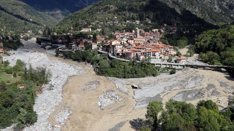 Le terrain de foot de Saint-Martin-Vesubie se trouvait en contrebas du pont et a été détruit par les crues (VALERY HACHE / AFP)