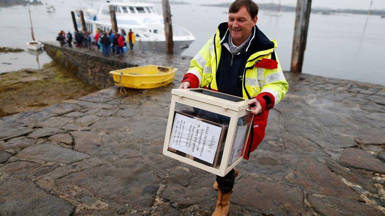 Sur l'Ile de Chausey (Manche), l'urne pour le second tour de la présidentielle est arrivée par bateau la veille du scrutin, le 6 mai 2017. (CHARLY TRIBALLEAU / AFP)